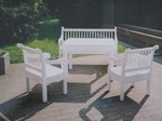 Bank und Stühle weiß gestrichen